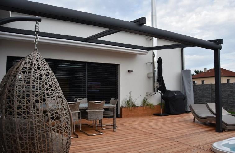 Hliníková pergola s posuvnou střechou u domu NOVO