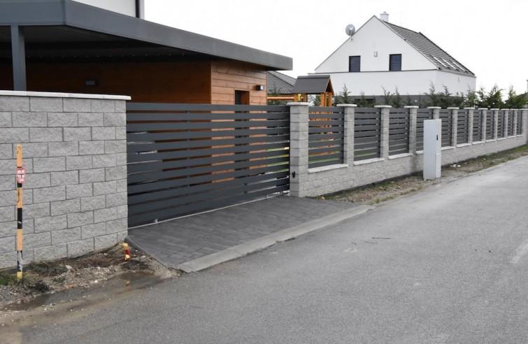 Pojezdové hliníkové brány po kolejnici