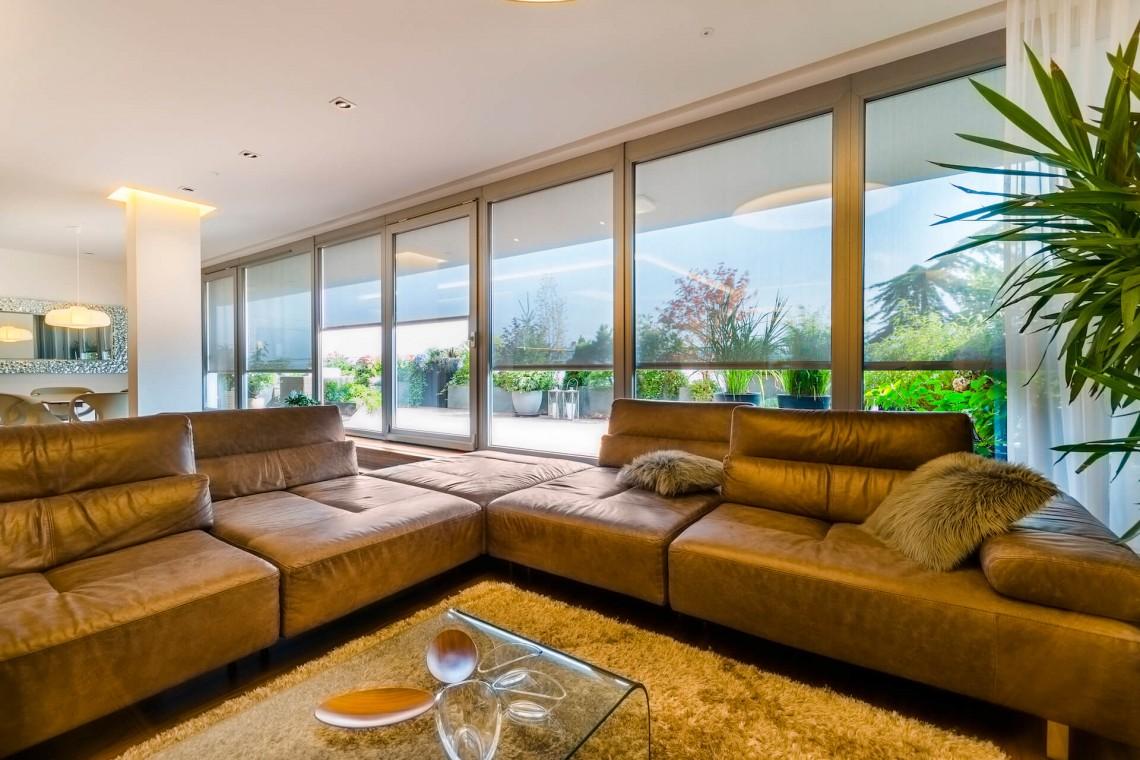 Luxusní interiér s velkými okny, které chráni screenové clony MINIROL   Sunsystem