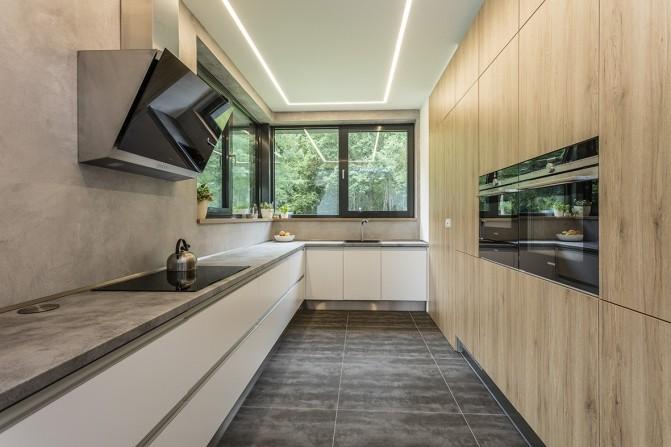 Jednoduchá kuchyň s krásných materiálů   Sunsystem