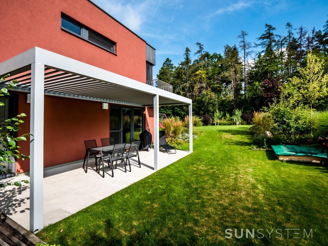 Pod bioklimatickou pergolou se bude vaše zahradní posezení vyjímat.